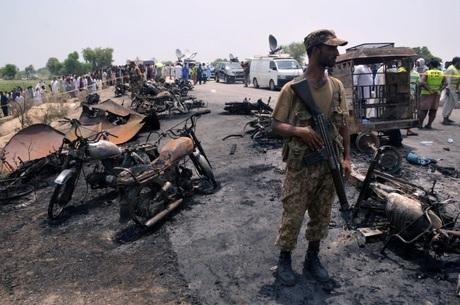 Explosão em caminhão-tanque mata 146 pessoas no Paquistão