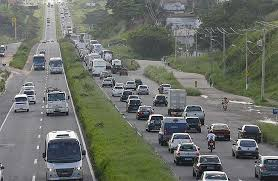 Trânsito intenso na BR-324 e perto da Rodoviária, nesta manhã