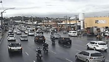 Chove um pouco na cidade e o trânsito é lento na Paralela e Calçada