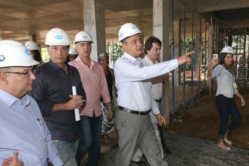Governador Rui Costa, em Cajazeiras, visita obras do hospital Couto Maia