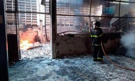 Incêndio destruiu fábrica na RMS