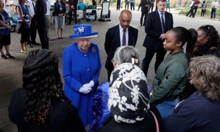 Rainha Elizabeth, visita centro de atendimento às vítimas de incêndio. 30 mortes confirmadas