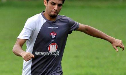Zagueiro Wallace revelado pelo Vitória, está voltando ao clube