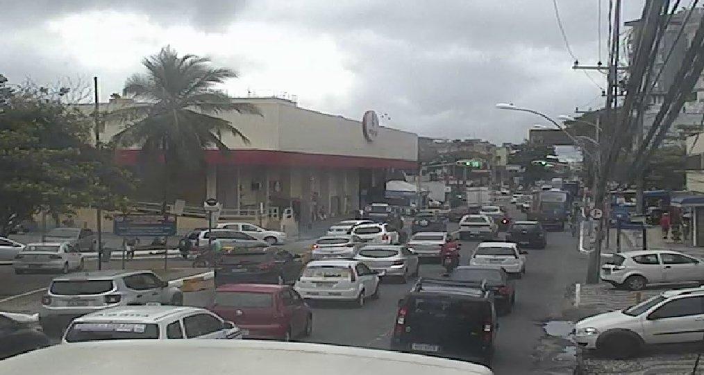 Trabalho da Embasa deixa trânsito lento no Rio Vermelho