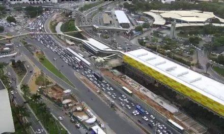 Acidente na ACM deixa trânsito lento próximo ao Corpo de Bombeiros