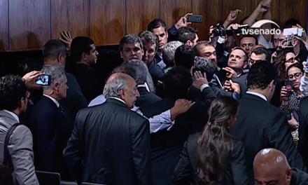 Sessão da reforma trabalhista suspensa: senadoras ocupam mesa do plenário