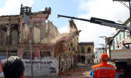 Após demolição de casarão rua é liberada no Barbalho
