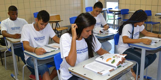 Programa Universidade para Todos oferece aulas no bairro de Santa Cruz