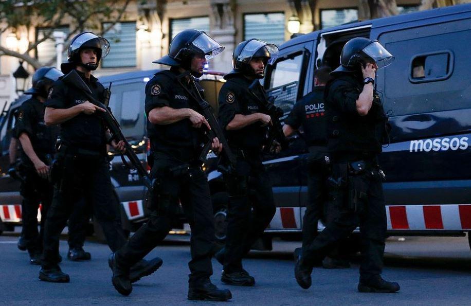 Polícia catalã procura jovem suspeito de dirigir van usada em ataque terrorista