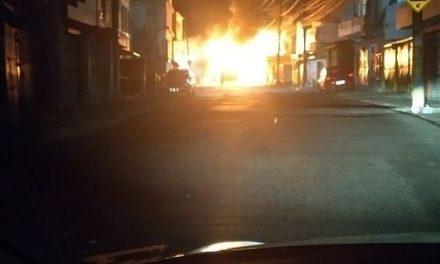 Polícia procura grupo que ateou fogo em ônibus no IAPI