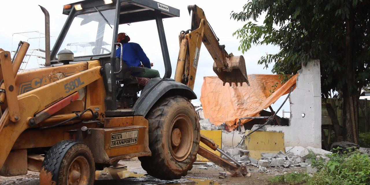 Prefeitura começa a demolir construção irregular em área ambiental no Lobato
