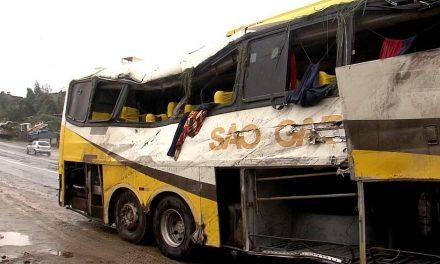 Acidente na BR-101 com três mortes e vinte feridos