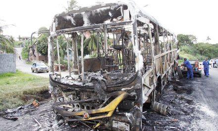 Após incêndio criminoso de ônibus rodoviário deixam de ir até o fim de linha da Base Naval, em Paripe