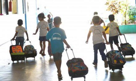 Pais devem ficar atentos para reajustes de mensalidades escolares