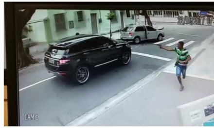 Rio: câmera de segurança flagra bandidos roubando o carro do goleiro Jefferson