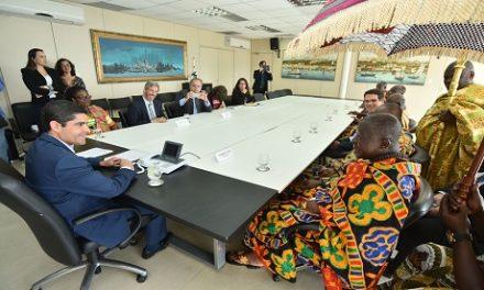 Rei de Gana e prefeito de Salvador abordam projetos sociais em encontro