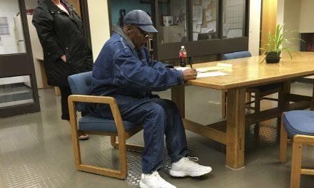 O.J. Simpson deixa a prisão após receber condicional de sentença de 33 anos