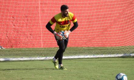 Recuperado de contusão no pé Fernando Miguel deve voltar ao gol do Vitória contra o Vasco