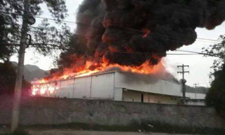 Incêndio atinge galpão nos Estúdios Globo, em Jacarepaguá