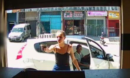 Jovem é presa após assaltar loja de celular armada com pistola