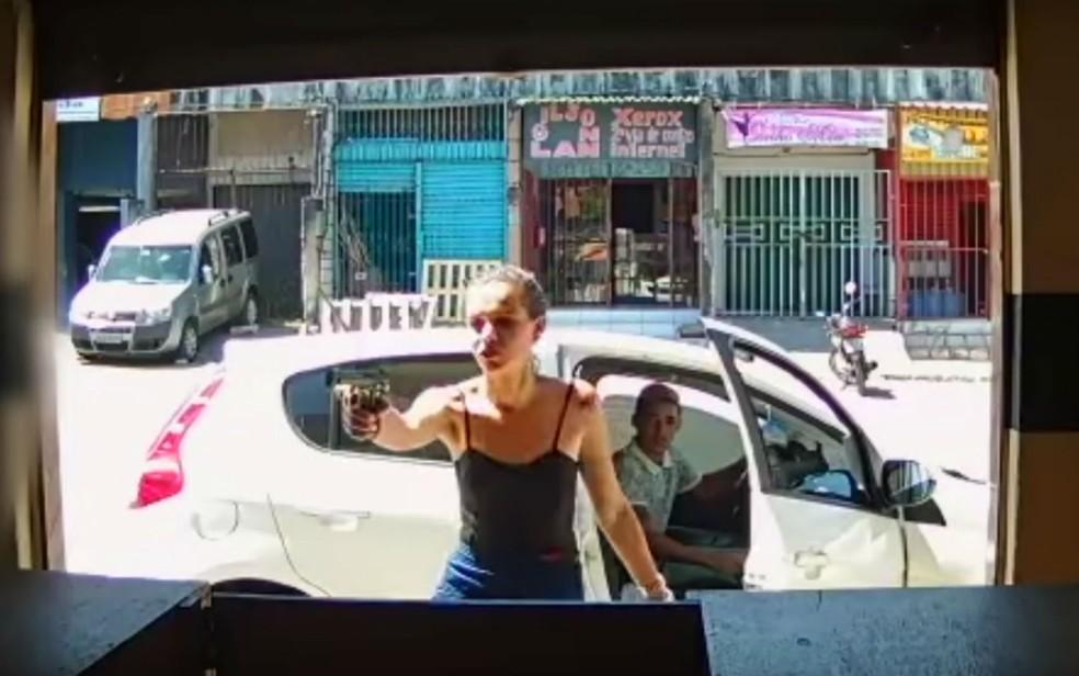b4473f17c Jovem é presa após assaltar loja de celular armada com pistola ...