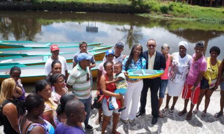 Governo entrega canoas motorizadas para pescadores da região do Recôncavo Baiano