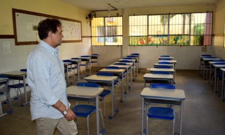 Secretário da Educação visita escolas nos bairros do Garcia e Imbuí