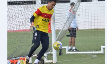 Vitória renova contrato com goleiros que vieram da base