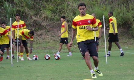 Cleiton Xavier não descarta deixar o Vitória e trabalha para recuperar seu futebol