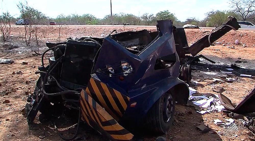 Bandidos destroem carro-forte com explosivos em Curaçá