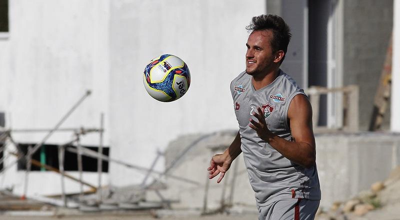 Vitória pode trazer lateral-direito que defendeu o Fluminense no Brasileirão