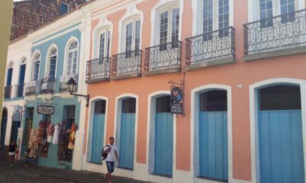 Pintura destaca a beleza de antigos casarões do Centro Histórico de Salvador