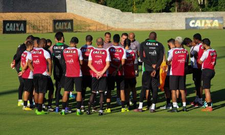 Presidente do Vitória conversa com jogadores na apresentação, antes do trabalho com bola