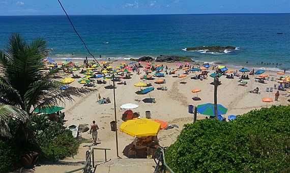 Prefeitura realiza ação de ordenamento na praia do Buracão