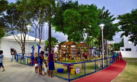 Famílias na Cidade Baixa aproveitam praça dos Dendezeiros como ponto de encontro