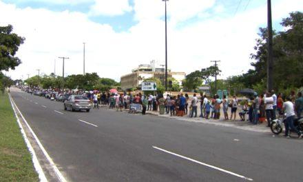 No último domingo antes do fim do prazo para recadastramento biométrico, eleitores encaram grande fila no TRE-BA