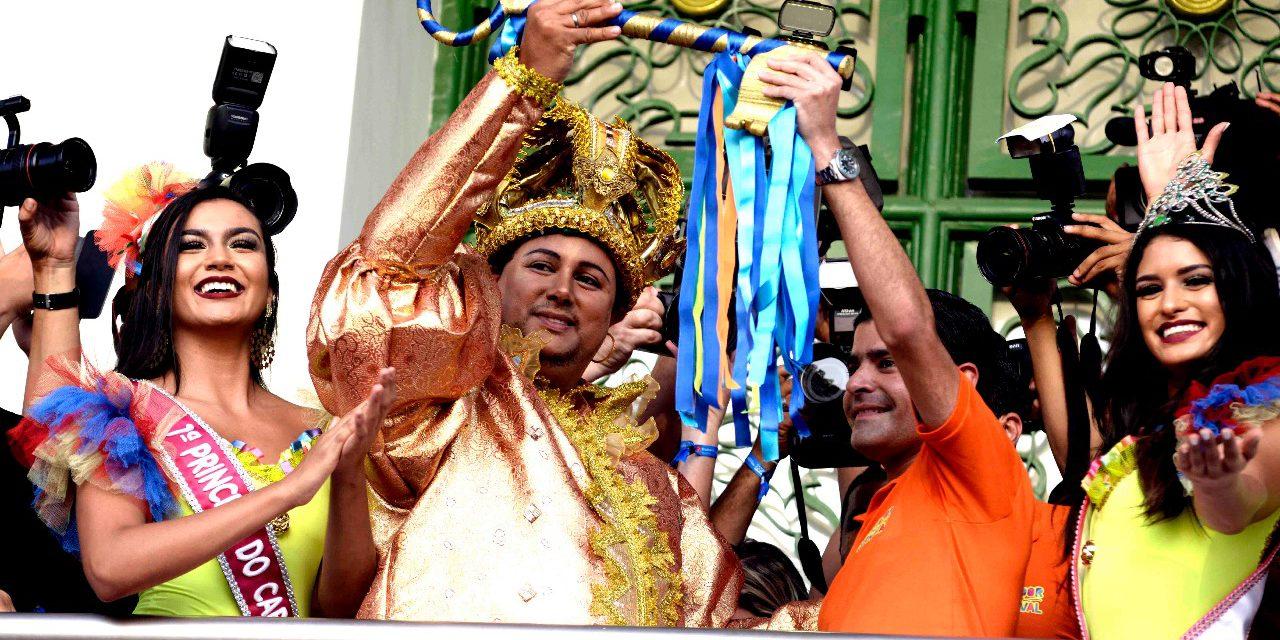 Rei Momo recebe a chave e Carnaval de Salvador é oficialmente aberto