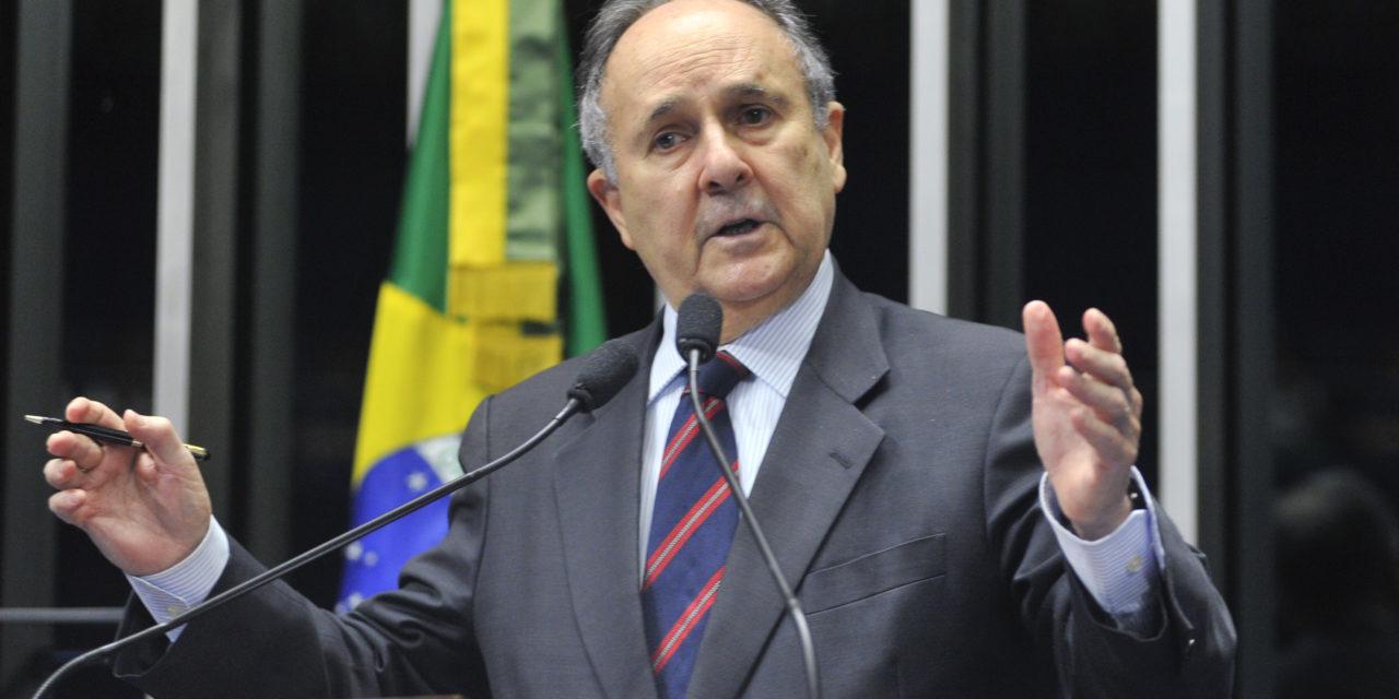 Pneumonia leva senador Cristovam Buarque a ser internado
