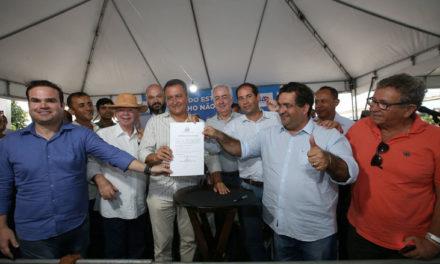 Coribe recebe obras de abastecimento e autorização para restauração de estrada