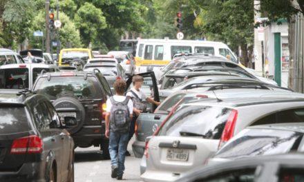 Operação especial conscientiza pais sobre normas de trânsito na porta de escolas