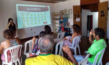 Oficina de libras aproxima ouvintes da segunda língua oficial do Brasil