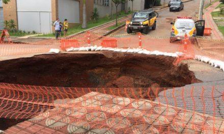Cratera se abre em rua do bairro Santa Lúcia, em Belo Horizonte