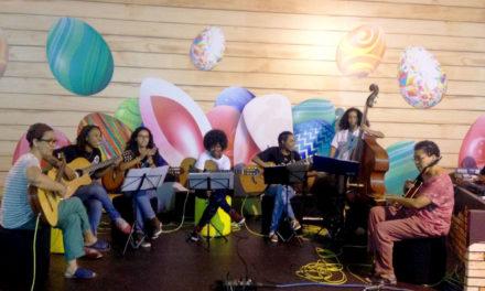 Estudantes mostram fabricação de chocolate em evento da Páscoa no Shopping da Bahia