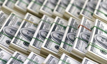Dólar encosta em R$ 3,32 e fecha no maior valor em três meses
