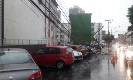 Poste cai em cima de carros no final de linha do Marback, em Salvador