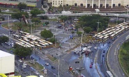 Rodoviários do sistema complementar de ônibus bloqueiam Avenida ACM, em Salvador