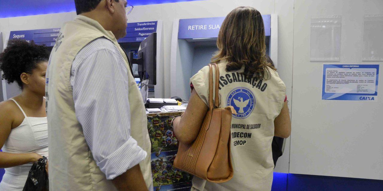 Codecon autua oito bancos por desrespeito à Lei dos 15 minutos e uso de celular