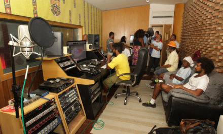 Assistidos pelo Corra pro Abraço gravam álbum no estúdio do Ilê