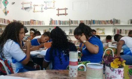 Bibliotecas são revitalizadas e materiais recicláveis embelezam o ambiente