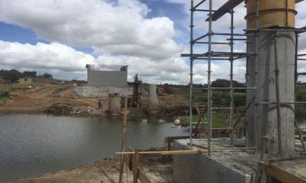 Ponte sobre Rio Itapicuru Mirim, em Itiúba, está com 50% de conclusão